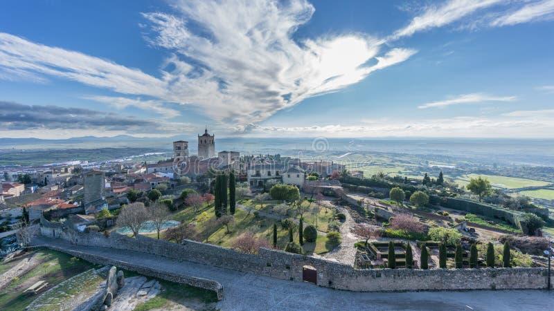 Панорамный взгляд средневекового городка Trujillo на сумраке стоковые фотографии rf