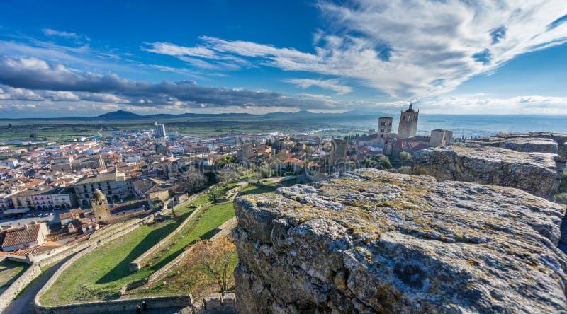 Панорамный взгляд средневекового городка Trujillo на сумраке стоковая фотография