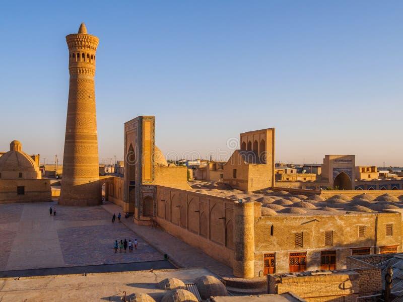 Панорамный взгляд сложного Poi Kolon - мечети Kolon и минарета Бухары, Узбекистана стоковое фото