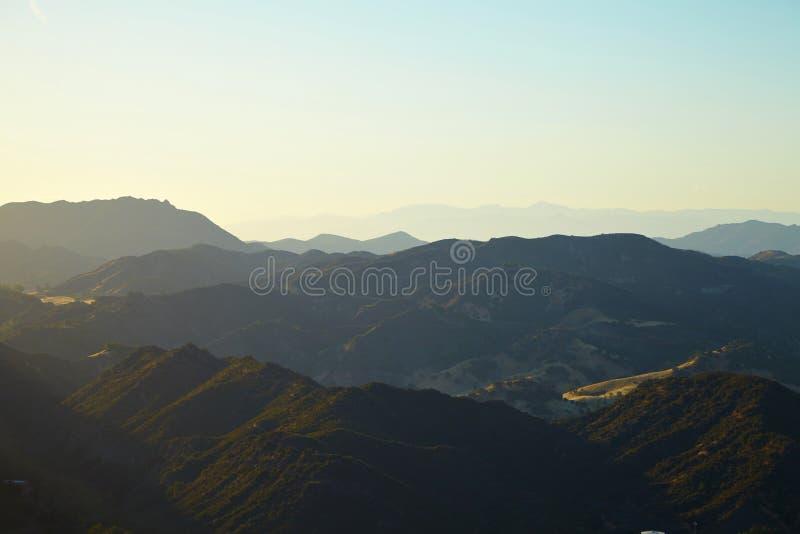 Панорамный взгляд лугов, холмов и неба в Malibu стоковое изображение