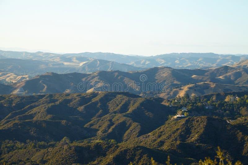 Панорамный взгляд лугов, холмов и неба в Malibu стоковое фото rf