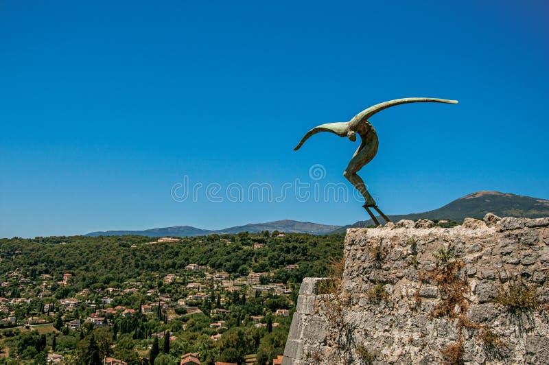 Панорамный взгляд холмов и скульптуры в Свят-Пол-de-Vence стоковая фотография