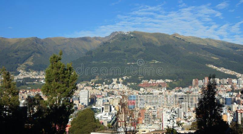 Панорамный взгляд центральной площади города Кито с вулканом Pichincha в предпосылке стоковая фотография