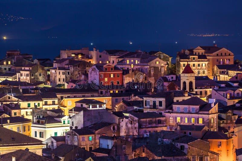 Панорамный взгляд citylights городка Корфу на ноче стоковые фотографии rf
