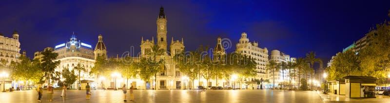 Панорамный взгляд Placa del Ajuntament в ноче valencia стоковое изображение rf