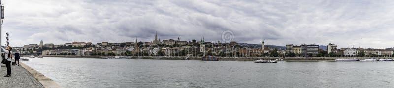 Панорамный вид банка Дуная от части Buda с бастионом замка и рыболова Buda, Будапештом, Венгрией стоковое фото rf