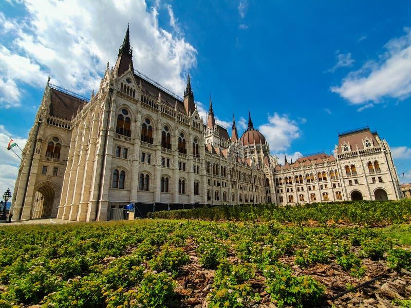 Панорамный вид венгерского парламента на красивый день стоковое фото