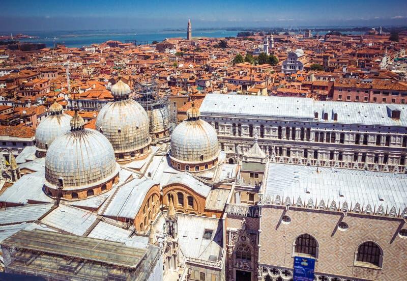 Панорамный вид Венеции, дворца доджа и красных крыть черепицей черепицей крыш от колокольни на квадрате Сан Marco St Mark аркады, стоковое фото rf