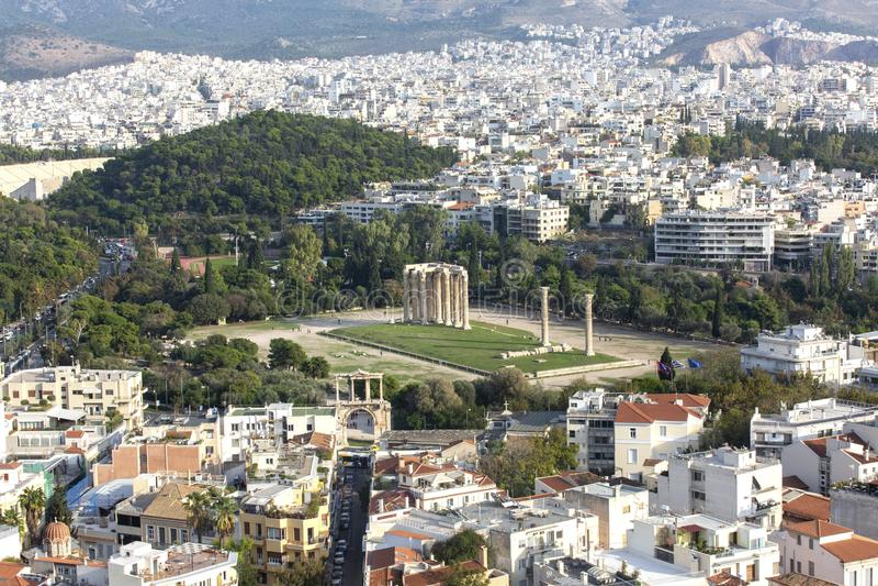Панорамный вид виска Зевса олимпийца, Афина, Греции Обзор Афина с виском Зевса олимпийца в центре стоковые фото