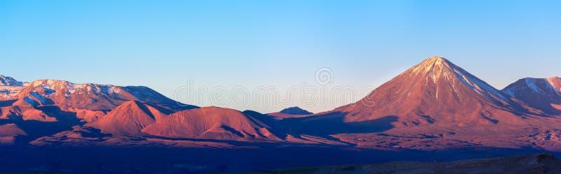 Панорамный вид вулкана на заходе солнца, San Pedro de Atacama licancabur, пустыни Atacama, Чили стоковое фото rf