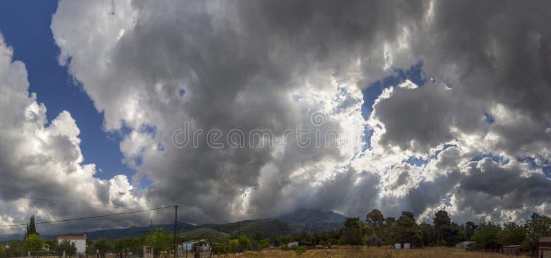 Панорамный вид гигантских облаков кумулюса перед причаливая штормом лета в деревне на греческом острове Evia стоковые фото