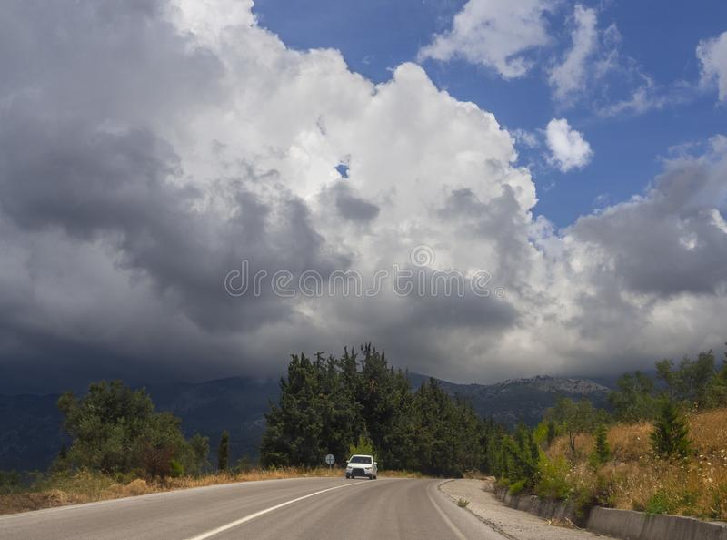 Панорамный вид гигантских облаков кумулюса перед причаливая штормом лета в деревне на греческом острове Evia стоковые фотографии rf