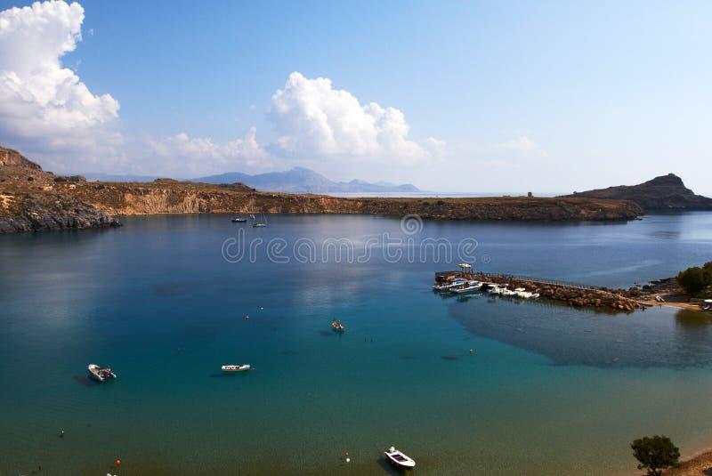 панорамный вид голубой лагуны с морем шлюпок прозрачным и голубого неба с облаками стоковое фото rf