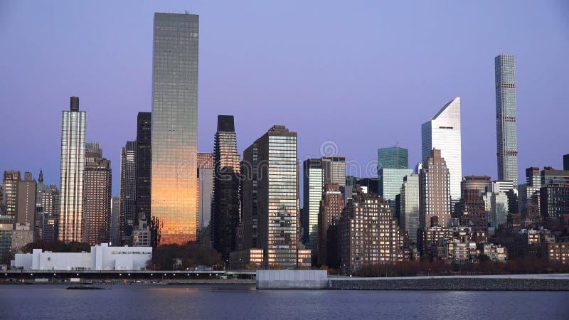 Панорамный вид горизонта захода солнца Манхэттена центра города Нью-Йорка над Гудзоном стоковые фотографии rf