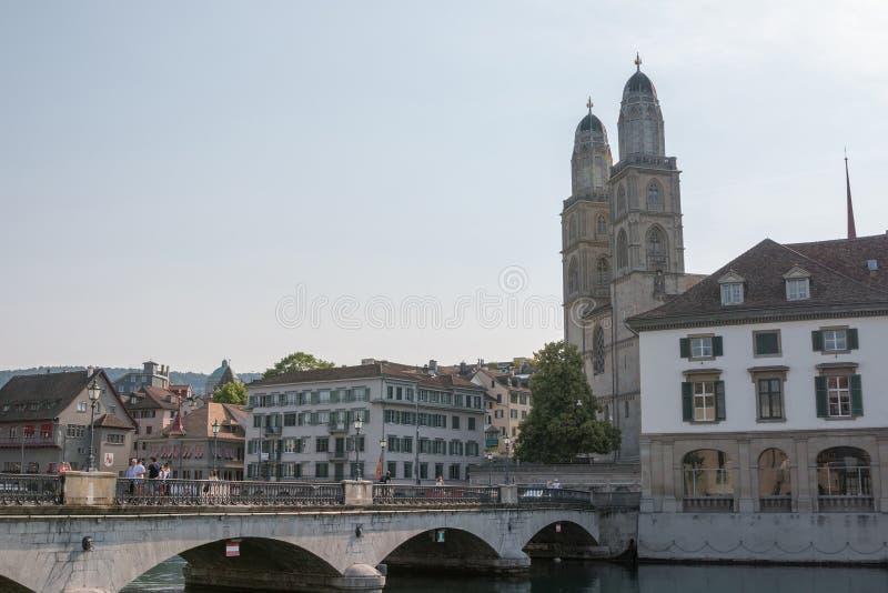 Панорамный вид города Цюрих с известными церковью Grossmunster и рекой Limma стоковое изображение