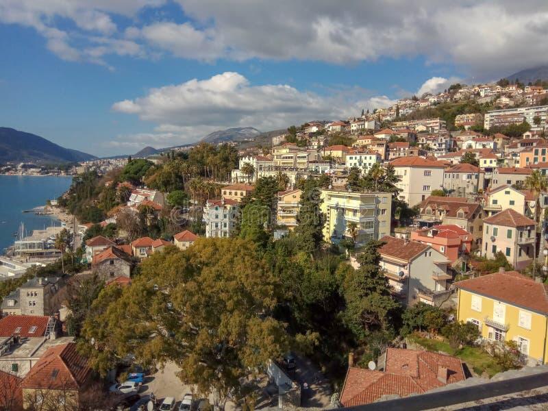 Панорамный вид городка около моря и гор стоковое изображение