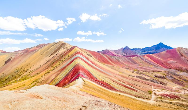 Панорамный вид горы радуги на держателе Vinicunca в Перу - интересы природы перемещения и мира концепции wanderlust исследуя - стоковое фото