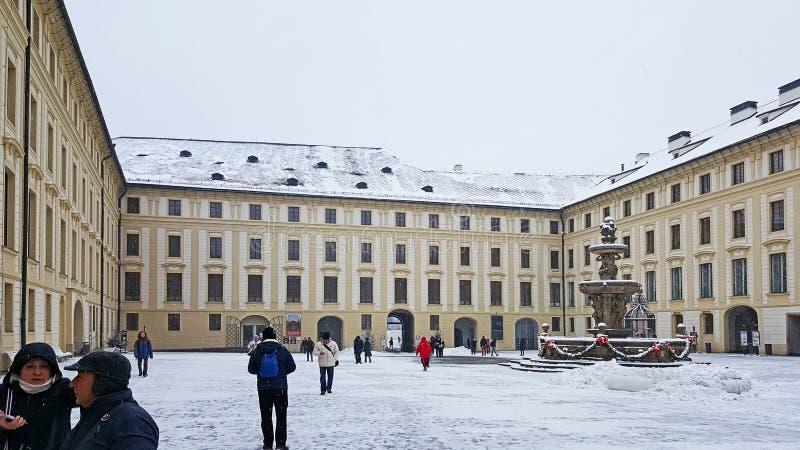 Панорамный вид двора Erzbischöfliches Palais и своих ворот в замке Праги стоковое изображение rf