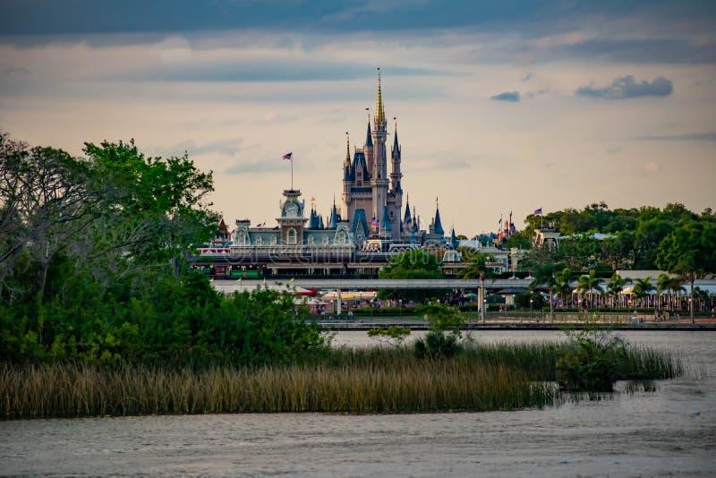 Панорамный вид замка Cinderellas и винтажного вокзала на волшебном королевстве в мире 4 Уолт Дисней стоковые фотографии rf