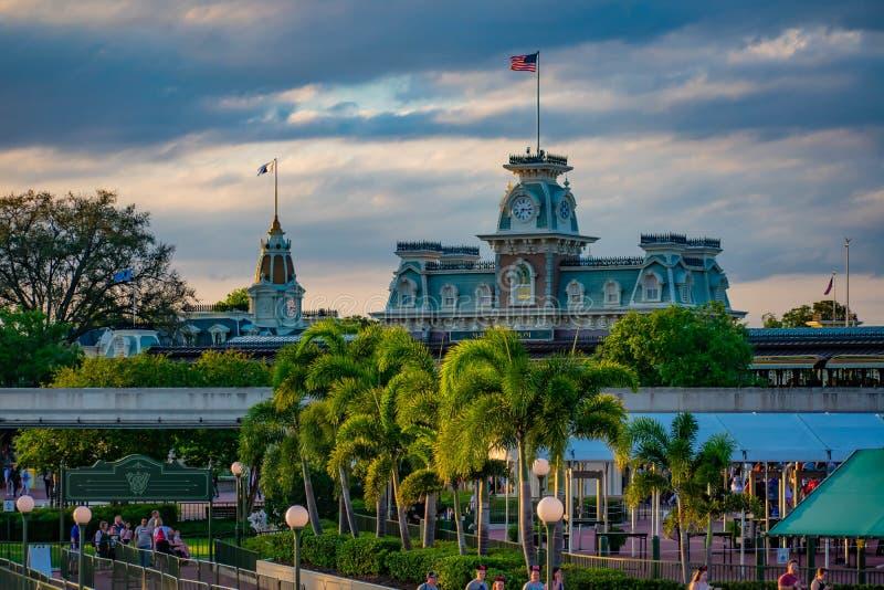 Панорамный вид замка Cinderellas и винтажного вокзала на волшебном королевстве в мире 3 Уолт Дисней стоковая фотография rf