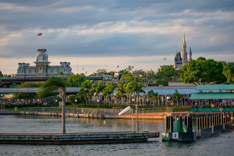 Панорамный вид замка Cinderellas и винтажного вокзала на волшебном королевстве в мире 1 Уолт Дисней стоковые фотографии rf