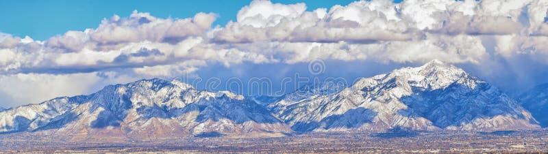 Панорамный вид зимы снега покрыл горы фронта Уосат скалистые, долину Большого озера и Cloudscape Юта стоковые фотографии rf
