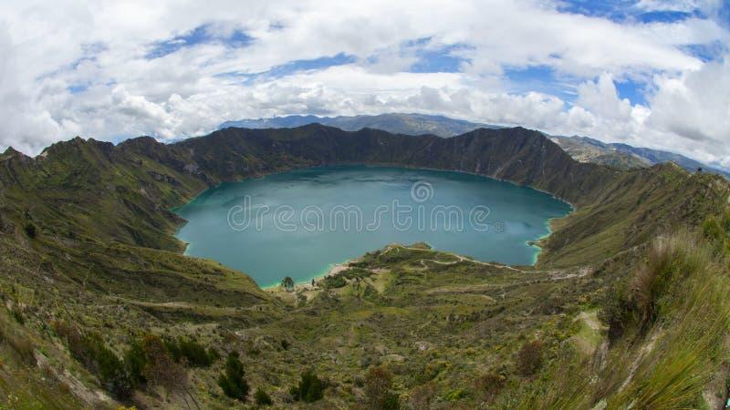 Панорамный вид изумрудно-зеленой лагуны внутри кратера вулкана Quilotoa стоковая фотография