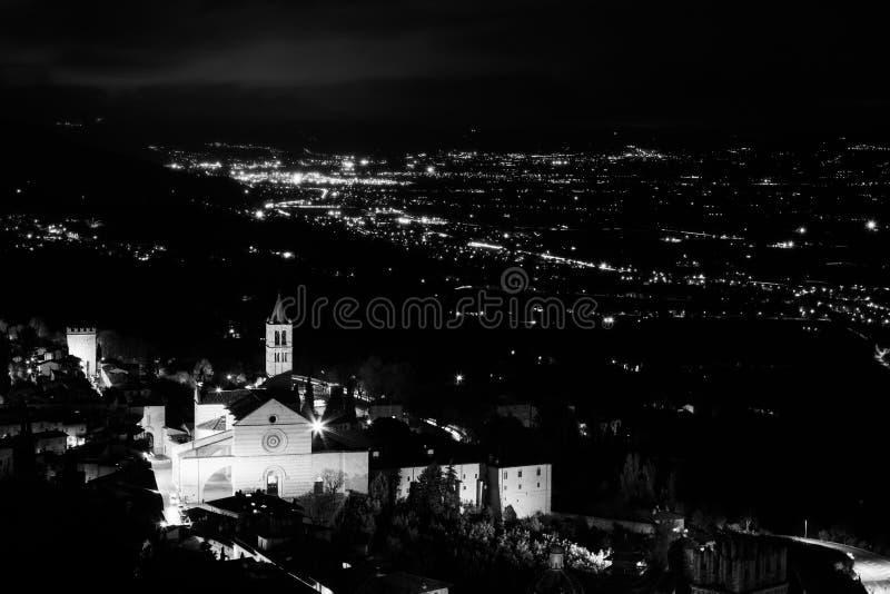 Панорамный вид исторического города Assisi Умбрии, Италии вечером стоковые фотографии rf
