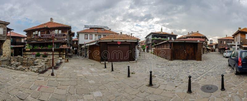 Панорамный вид исторического центра старого приморского города в раннем утре стоковые фото