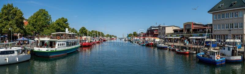 Панорамный вид коек для кораблей и исторический квартал Ростока - Warnemuende стоковое фото