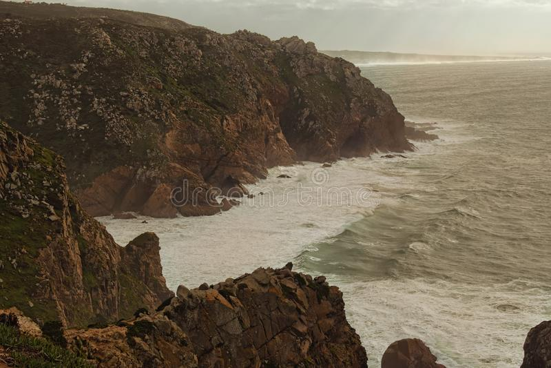 Панорамный вид красивой накидки Roca Прерывистый ветер, большие волны, сильный Атлантический океан и живописные утесы стоковые изображения rf