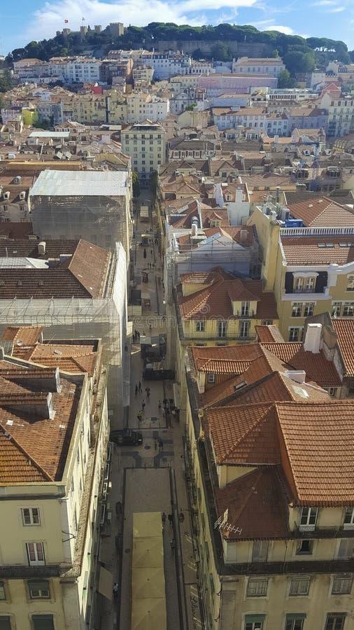 Панорамный вид крыш и замка Лиссабона Лиссабона оранжевых, стоковое фото