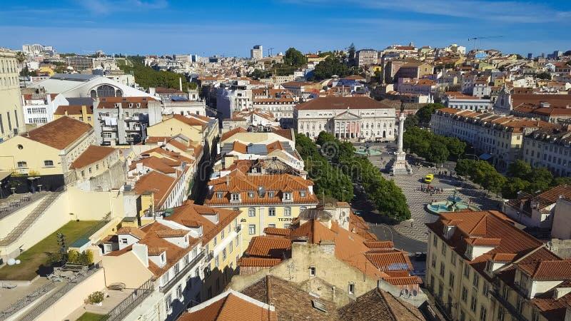 Панорамный вид крыш и замка Лиссабона Лиссабона оранжевых, стоковое фото rf