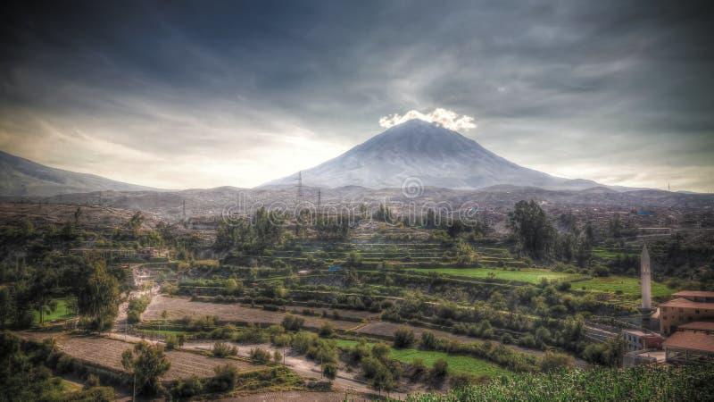 Панорамный вид к горе misti и городу от точки зрения Yanahuara, Arequipa Arequipa, Перу стоковое изображение rf