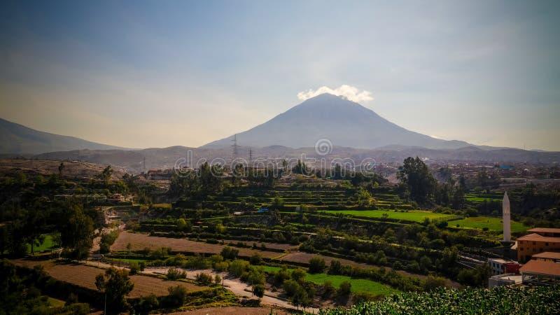 Панорамный вид к горе misti и городу от точки зрения Yanahuara, Arequipa Arequipa, Перу стоковые фото