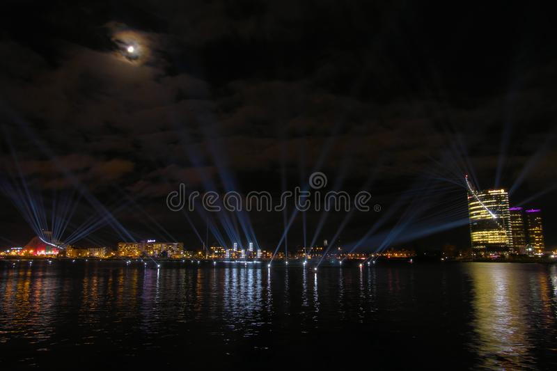 Панорамный вид над западной Двиной реки к пестротканой светлой выставке шоу стоковая фотография