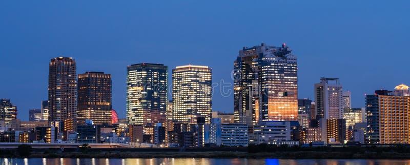 Панорамный вид на город Осака, современные офисные здания раскрыл света вечером в Японии стоковая фотография