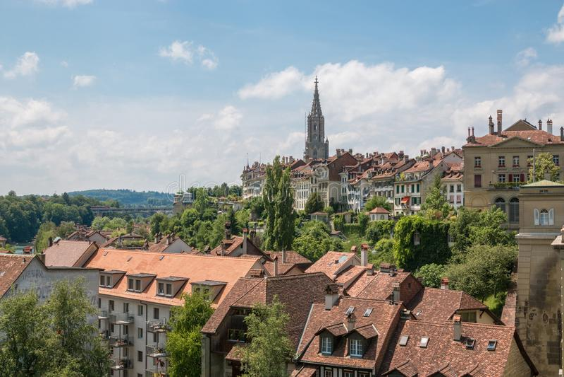 Панорамный вид на монастырской церкви Bern и историческом старом городке Bern стоковое изображение rf