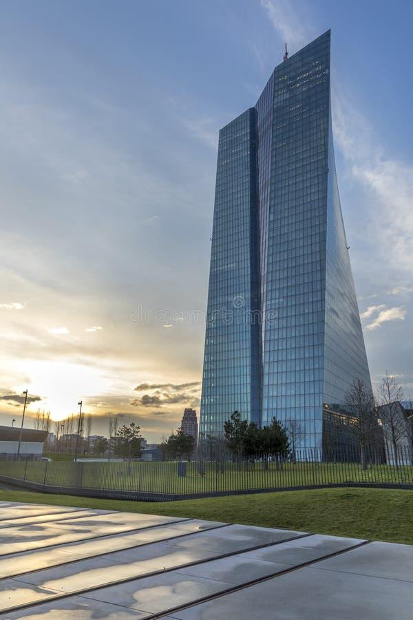 панорамный вид на новое здание ЕЦБ в остенде, frankfurt am Main с памятником евреям, депортированным с бывшей железнодорожной ста стоковые изображения