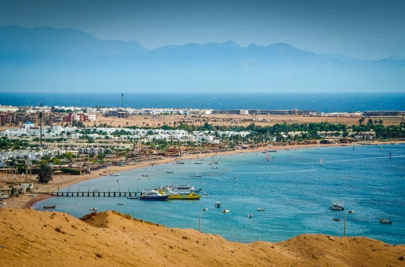 Панорамный вид на прибрежной деревне Dahab в Египте, Синайском полуострове Красным Морем стоковое изображение