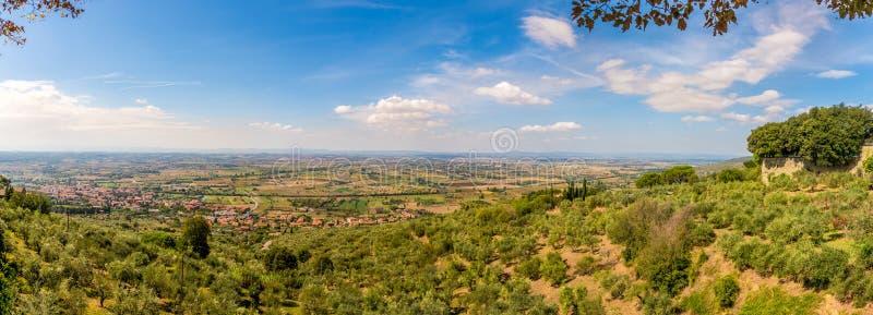 Панорамный вид на сельской местности Тосканы от городка Cortona в Италии стоковое фото rf