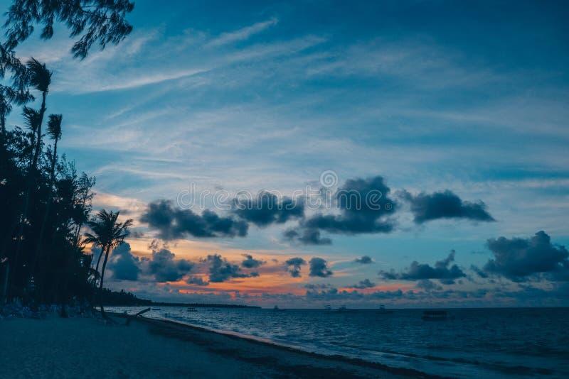 Панорамный вид на тропический пляж, океан и голубое небо стоковые фото