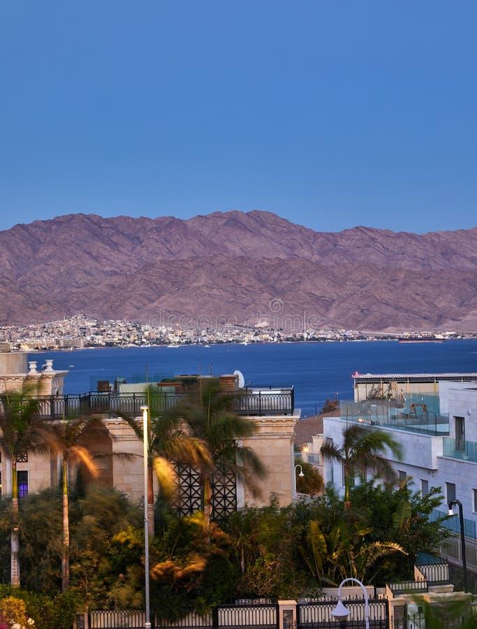 Панорамный вид на центральном общественном пляже Eilat - известного курортного города стоковые изображения rf