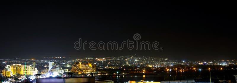 Панорамный вид на центральном общественном пляже Eilat - известного курортного города стоковое изображение rf