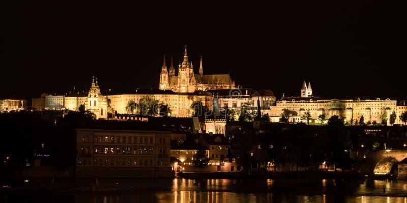 Панорамный вид ночи замка Праги, чехии стоковая фотография rf