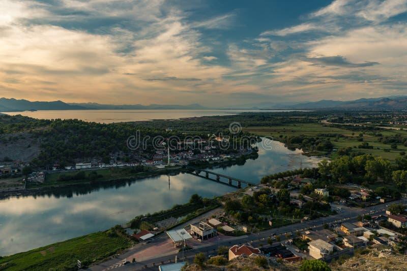 Панорамный вид озера Shkodra в заходе солнца albert стоковые фото