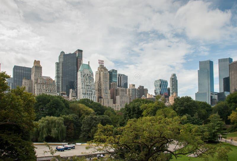 Панорамный вид от центрального парка к небоскребам Манхэттена на солнечном дне город New York стоковое изображение