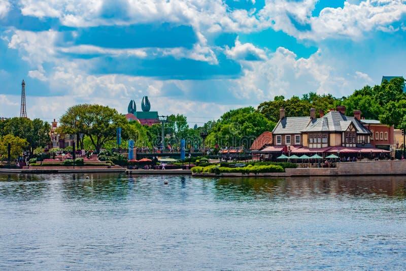 Панорамный вид павильона Франции, гостиницы лебедя Дисней и павильона Великобритании на Epcot в мире Уолт Дисней стоковое изображение rf