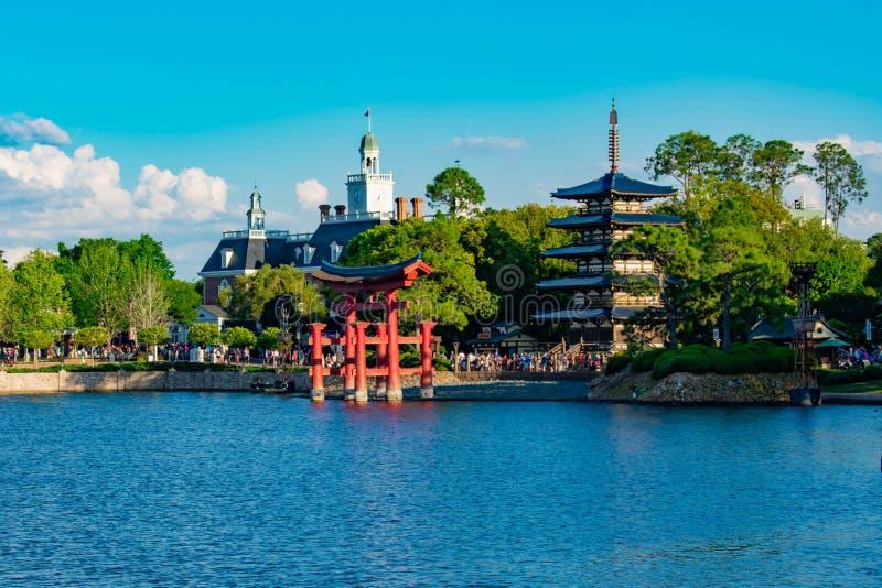 Панорамный вид павильона Японии, американского павильона приключения и голубого озера на Epcot в мире 2 Уолт Дисней стоковые фото