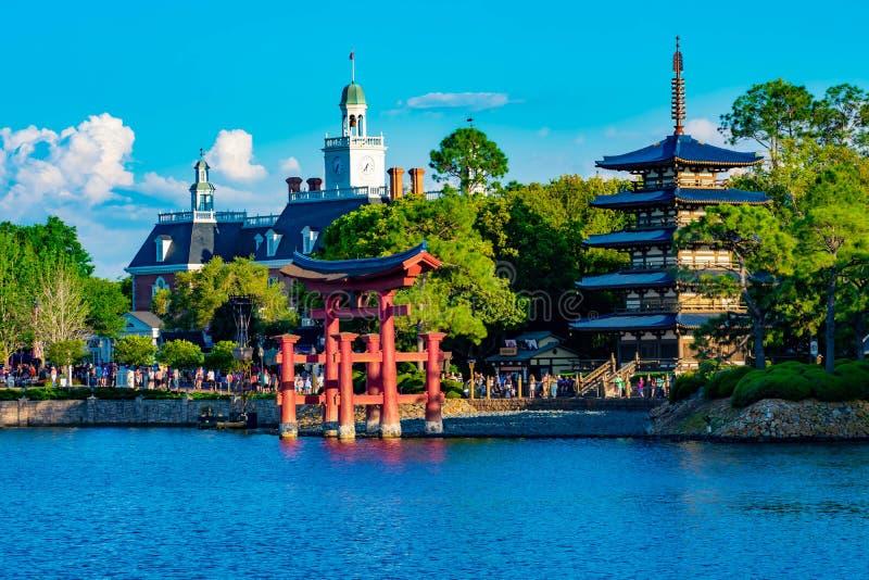 Панорамный вид павильона Японии, американского павильона приключения и голубого озера на Epcot в мире Уолт Дисней стоковое фото